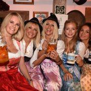 Model-Alarm auf der Wiesn! Monica Ivancan zeigte sich mit Ayse Auth und Hatice Nizam sowie weiteren Begleiterinnen in bester Laune auf dem Oktoberfest. Die kessen Dirndl standen der fröhlichen Damengruppe tadellos.