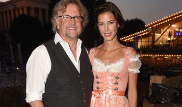 Medienmanager Martin Krug flanierte einst mit seiner Ex Veronica Ferres auf der Wiesn - inzwischen ist Model Julia Trainer seine ständige Begleiterin.