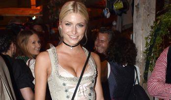 """Heiß, heißer, Lena Gercke! Das """"Germany's Next Topmodel""""-Sternchen schaute selbstverständlich in einem Hingucker-Dirndl auf der Wiesn vorbei. Für ihren Solo-Auftritt wählte das Model ein anderes Dirndl als... (Foto)"""