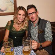 Gemütlich chillen auf der Wiesn - das lässt sich Ex-Fußball-Nationalspieler Miroslav Klose nicht zweimal sagen. Mit seiner Frau Sylwia stieß der Ex-Kicker beim Münchner Volksfest an.