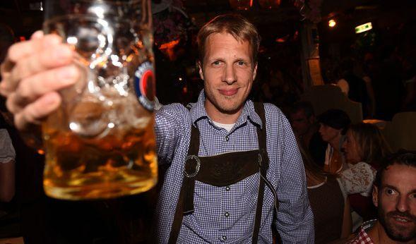 Hoch die Tassen! Comedian Oliver Pocher hat auf der Wiesn sichtlich Spaß beim Maßkrugstemmen - natürlich zünftig gewandet in einer Krachledernen nebst blauem Hemd.
