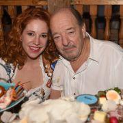 Musikproduzent Ralph Siegel ist bekannt für seine Ohrwurm-Hits - und seine jungen Begleiterinnen. Hier zeigt sich der Hitfabrikant mit seiner Freundin Laura Käfer beim Oktoberfest.