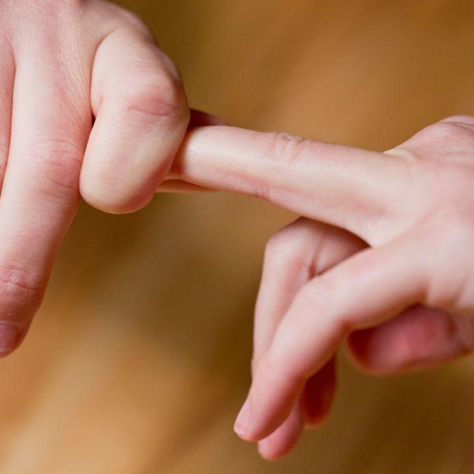 Verursacht das Knacken mit den Fingern wirklich Rheuma? (Foto)