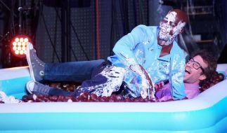Ein Bad im Schokokuss-Pool nimmt Bruce Darnell gern auf sich. (Foto)