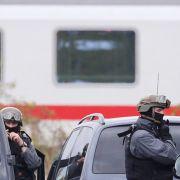 Sondereinsatzkräfte nehmen Fahrgast fest (Foto)
