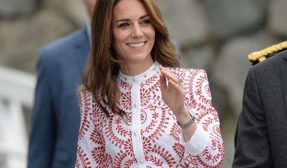 Das filigrane Muster von Kates Kleid, das sie während ihrer Kanada-Tour mit Ehemann Prinz William und den beiden Kindern George und Charlotte trug, vereint Eleganz und Trendbewusstsein.