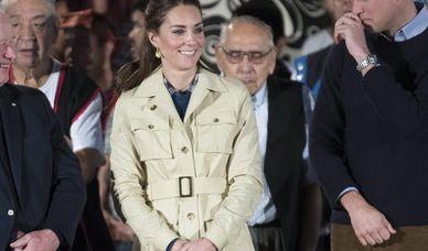 Nein, Herzogin Kate will hier nicht auf Safari gehen - im kanadischen Westen hat sich die Mutter von Prinz George und Prinzessin Charlotte jedoch für einen Aktiv-Look mit Safarijacke und kniehohen Stiefeln entschieden.