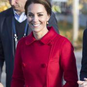 Lady in red: Herzogin Catherine punktete auf ihrer Kanadareise im Herbst 2016 mit einem Auftritt in einem knallroten Mantel. Mit diesem Look macht die Herzogin den traditionell rot gewandeten kanadischen Mounties glatt Konkurrenz.