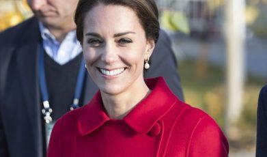 Lady in red: Herzogin Catherine punktete auf ihrer Kanadareise im Herbst 2016 mit einem Auftritt in einem knallroten Mantel. Mit diesem Look macht die Herzogin den traditionell rot gewandeten kanadischen Mounties glatt Konkurrenz. (Foto)