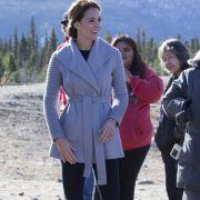 Da strahlt die Herzogin mit der kanadischen Sonne um die Wette: Der graue Cardigan hält den Royal auf Auslandsreise schön warm.