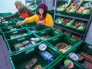 Die Deutschen sind mehrheitlich dafür, das Supermärkte abgelaufene Lebensmittel spenden sollen. (Foto)