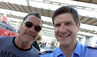 Nach der Kontrolle stand Arnie noch für ein Foto mit dem Polizisten bereit. (Foto)