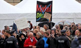 Hunderte Menschen demonstrieren in Dresden gegen Angela Merkel. (Foto)