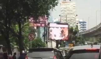 In der Innenstadt von Jakarta lief ein Porno auf einer riesigen Werbetafel. (Foto)