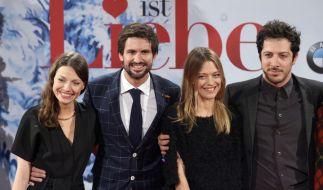 """Julia Hartmann (links) mit ihren Schauspielkollegen Tom Beck, Heike Makatsch und Fahri Yardim (von links) zur Kinofilm-Premiere von """"Alles ist Liebe"""" 2014. (Foto)"""