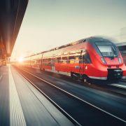 Von Hooligans bedrängt! Mann stürzt aus fahrendem Zug (Foto)