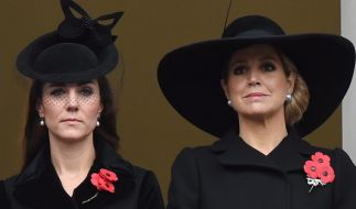 Herzogin Kate (li.) und Königin Máxima der Niederlande sehen alles andere als amused aus - sind sich die beiden royalen Damen etwa spinnefeind? (Foto)