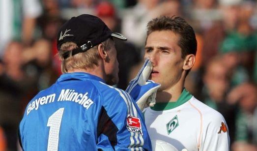 Unvergessen: Oliver Kahn malträtiert beim Bundesliga-Spiel Werder Bremen gegen FC Bayern im Jahre 2004 die Nase von Miroslav Klose. (Foto)