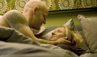 Lennart Behrwaldt (Jürgen Vogel) und Melanie Dombrowski (Anna Maria Mühe) liegen gemeinsam im Bett. (Foto)