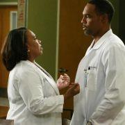 Richard sorgt für Trubel im Krankenhaus, als er die Ärztepaarungen durcheinanderwürfelt: Bailey (Chandra Wilson, l.) und Ben (Jason George, r.).