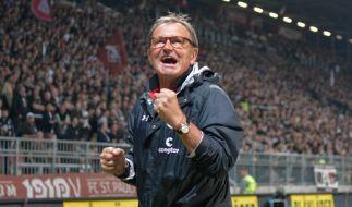 Ewald Lienen befindet sich mit St. Pauli im Abstiegskampf. (Foto)