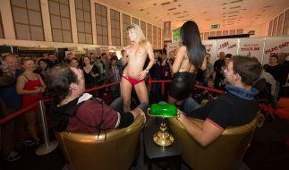 Besucher der Venus Berlin genießen eine kleine Privatshow. (Foto)