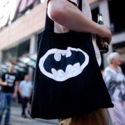 Mann im Batman-Kostüm schützt Kinder vor Grusel-Clowns (Foto)