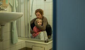 Tatjana Komerenkowa (Anja Antonowicz) beschützt ihre kleine Tochter Nadja (Emilie Pieske). (Foto)
