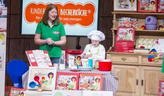 Birgit Wenz präsentiert mit ihrem Sohn die Kinderleichte Becherküche. (Foto)