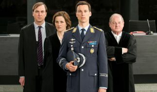 """""""Schuldig"""" oder """"nicht schuldig""""? Lars Koch (Florian David Fitz, vorne) muss sich für den Abschuss eines entführten Flugzeuges verantworten. Das Publikum entschied am Montagabend eindeutig. (Foto)"""