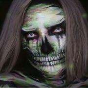 Diese junge Dame hat sich mit Hilfe von Wasserfarben in ein gruseliges Skelett verwandelt.