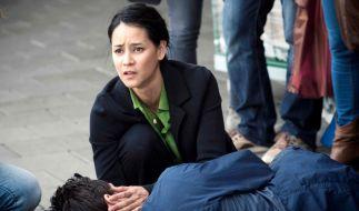 Ayumi Schröder (Luka Omoto) muss miterleben wie ihr Mann Ben (Markus Brandl) in ihren Armen stirbt. (Foto)