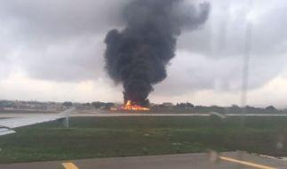 Eine riesige schwarze Rauchsäule ist auf dem Flughafen Luga zu sehen. (Foto)