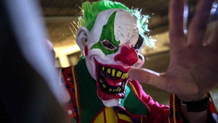Ein als sogenannter Horror-Clown verkleideter Mann posiert in Berlin in einer Tiefgarage. (Foto)