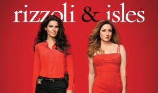 """Mit weiblicher Intuition stellen sich Detective Jane Rizzoli (Angie Harmon, links) und Dr. Maura Isles (Sasha Alexander) in der Erfolgsserie """"Rizzoli & Isles"""" kniffligen Kriminalfällen. (Foto)"""