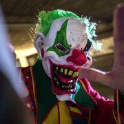 Im News-Ticker: Horror-Clown überfällt Jugendliche mit Kettensäge (Foto)