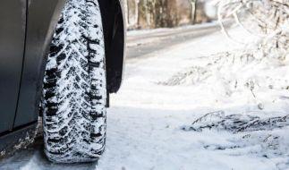 Spätestens bei Schnee und Eis sollte man mit Winterreifen fahren. (Foto)