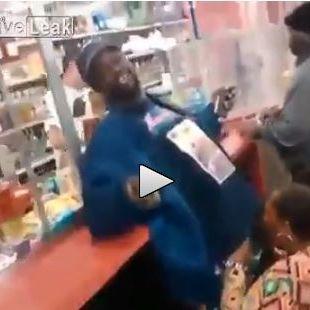 Frau gibt Blowjob an Supermarkt-Kasse (Foto)