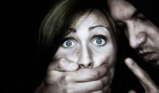 Zwei junge Frauen sind von einer Gruppe Männer sexuell belästigt worden. (Foto)