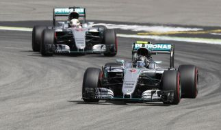 Nico Rosberg (vorne) und Lewis Hamilton am 30. Juli während des 3. Freien Trainings auf dem Hockenheimring in Hockenheim (Baden-Württemberg). (Foto)