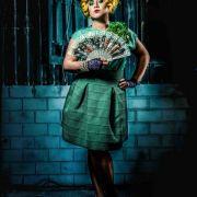 Julia Augustin (Vanessa Steinkamp) als Effie aus