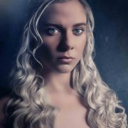 Cheyenne Pahde (Marie Schmidt) alsDaenerys Targaryen aus