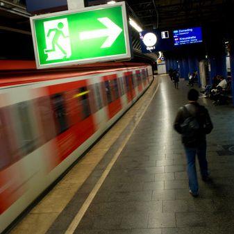 Nach Halloweenparty: Frau von S-Bahn mitgerissen (Foto)