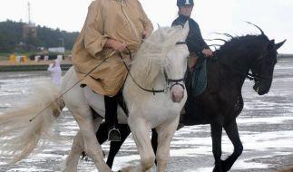 Tamme Hanken mit seiner Frau Carmen beim Ausritt durchs Watt. (Foto)