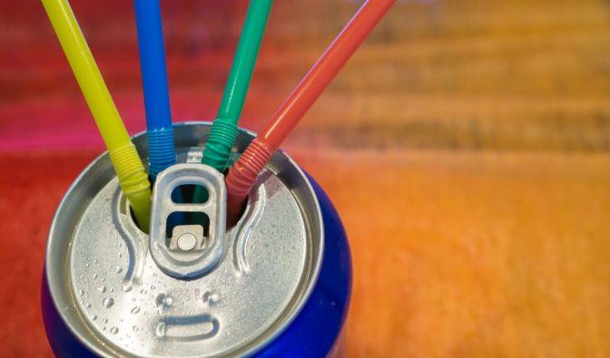 So wie auf diesem Bild, ist es genau FALSCH! Eigentlich soll der Strohhalm durch das Loch an dem Verschlussring gesteckt werden, damit er, trinkt man ein kohlesäurehaltiges Getränk, nicht aus der Dose rutscht. (Foto)