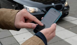 Immer mehr Fußgänger sind durch ihr Smartphone abgelenkt. (Symbolbild) (Foto)