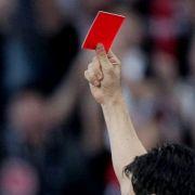 Wegen roter Karte! Fußballer tötet Schiedsrichter (Foto)