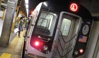 Eine 46-Jährige starb, nachdem sie auf die U-Bahn-Gleise gestoßen wurde. (Foto)