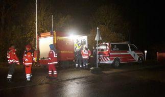 Feuerwehrleute und Rettungssanitäter stehen während der Suche nach einem vermissten einjährigen Jungen am 07.11.2016 an der Werra bei Bad Salzungen (Thüringen). (Foto)