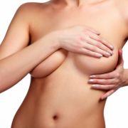 Polizeigewalt? Beamter reißt 19-Jähriger Nippelring aus der Brust (Foto)